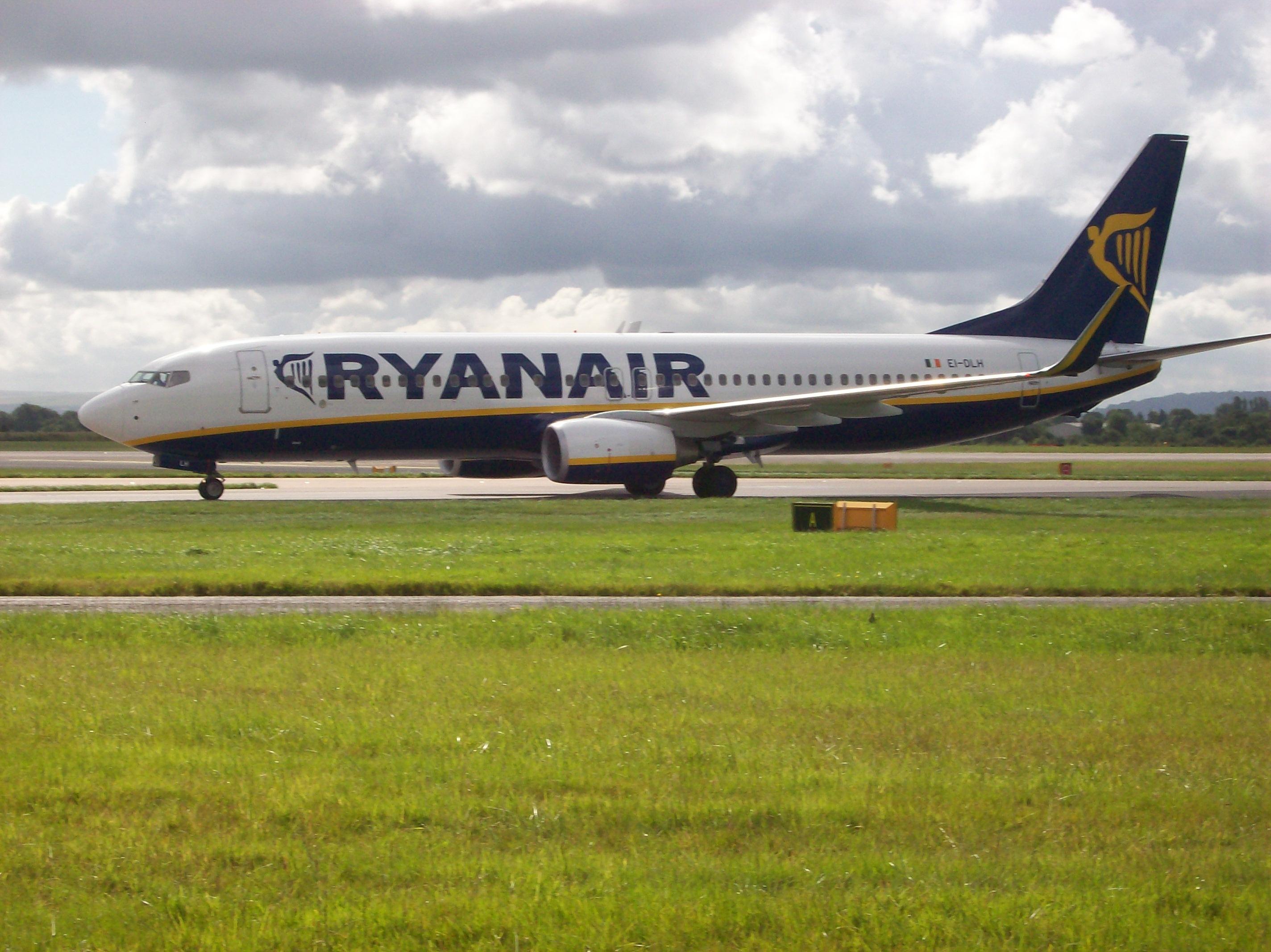 ryanair_boeing_737800_at_manchester_international_airport
